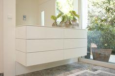 Kommode mit indirekter Beleuchtung - ein elegantes Möbel für Ihre Diele.  Dielenmöbel und Türenelement wurden aufeinander abgestimmt hergestellt.