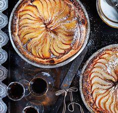 Sikta lite florsocker över päronen med jämna mellanrum under gräddningstiden, så att de blir fint karamelliserade. Flanen går bra att frysa in. Superfood, Fika, Cookie Desserts, Something Sweet, Apple Pie, Sweets, Cookies, Fruit