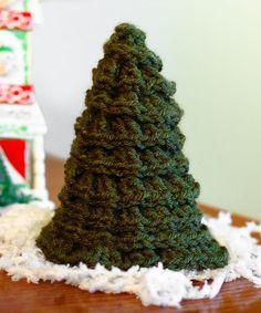 Free Christmas Tree Crochet Pattern | www.petalstopicots.com | #crochet #Christmas #pattern