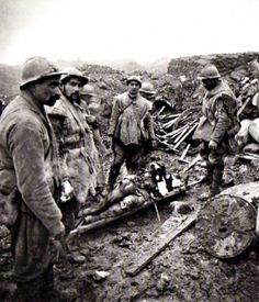 Sur la route de Verdun à Douaumont, un blessé grave est transporté vers un poste de secours par des brancardiers. 24 décembre 1916.