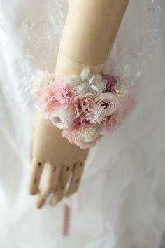 少し大き目の、花嫁様用の手首を飾る花をリストブーケと呼んでいます。お揃いのリストレット。リストブーケよりはこぶりで、ワンポイントの花です。この日、13名の...