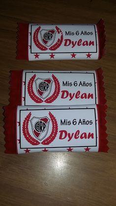 Archivos Descargables e imprimibles para golosinas personalizadas. River Plate. Papi, Plates, Candy, Ideas, Bag, Football Theme Birthday, Goodies, Printables, Licence Plates