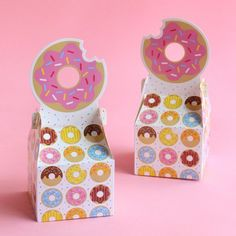 Pack up donuts and other sweets for your party guests in these adorable donut party favor boxes. Donut Party, Party Box, Donut Birthday Parties, 1st Birthday Girls, Party Cups, Frozen Birthday, Birthday Gift Bags, Birthday Candy, Birthday Party Favors