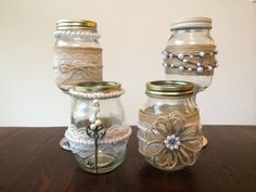 These shabby chic mason jars decorated with Burlap, Lace and Pearls make for great country wedding décor! Visit Evolve Lifestyle for some vintage and shabby chic inspiration! Mason Jar Wine Glass, Mason Jar Diy, Mason Jar Crafts, Diy Bottle, Bottle Art, Bottle Crafts, Mason Jar Projects, Do It Yourself Wedding, Burlap Crafts
