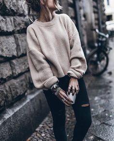 19 Cute and Cozy Oversized Sweater Outfits 2019 These oversized sweater outfit ideas are everything you need and more for the cold weather! The post 19 Cute and Cozy Oversized Sweater Outfits 2019 appeared first on Sweaters ideas. Oversized Sweater Outfit, Loose Sweater, Cute Sweater Outfits, Sweater Weather Outfits, Pullover Outfits, Knit Sweater Outfit, Cold Weather Outfits For School, Slouchy Sweater, Brown Sweater
