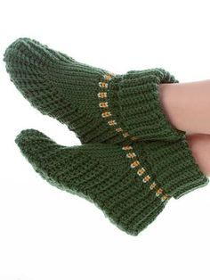"""Free pattern for """"Slipper Boots""""...love the style & the colors they did them in!"""