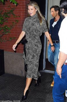 Gwyneth Paltrow is the epitome of chic in mock-neck patterned shift dress Star Fancy Dress, Shift Dress Pattern, The Emmys, Renaissance Dresses, Gwyneth Paltrow, Neck Pattern, Costume Design, Street Style, Shirt Dress