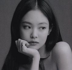 Kim Jennie, Black Pink Kpop, Black And White, Poses Modelo, Blackpink Photos, Pictures, Blackpink Fashion, Blackpink Jisoo, Yg Entertainment