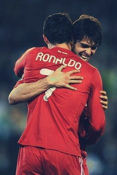 Critstiano receiving a hug from Kaka. World Best Football Player, Real Madrid Football Club, Football Players, Milan, Equipe Real Madrid, Chelsea, Gareth Bale, Best Player, Cristiano Ronaldo