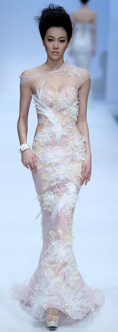 A model parades a creation of the Zhang Jingjing Haute Couture Collection during China Fashion Week Style Couture, Couture Fashion, Runway Fashion, Beautiful Gowns, Beautiful Outfits, Gorgeous Dress, Mode Glamour, China Fashion, Elie Saab
