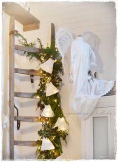Houten ladder versiert met kerstgroen Diy Christmas Tree, Christmas Music, Christmas Movies, White Christmas, Christmas Lights, Christmas Decorations, Xmas, Vintage Ladder, Repurposed Items