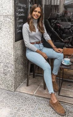 Básica e cool no inverno: 10 visuais para você testar. Blusa cinza, cinto marr… Basic and cool in winter: 10 looks to try. Trendy Outfits, Cute Outfits, Fashion Outfits, Classy School Outfits, Jeans Fashion, Work Outfits, Looks Style, Casual Looks, Comfy Casual