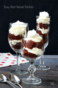 Red Velvet Parfaits Recipe turns the classic favorite into a show-stopping presentation for entertaining. Parfaits are also good for cake disasters too! Parfait Desserts, Parfait Recipes, Mini Desserts, Just Desserts, Delicious Desserts, Dessert Recipes, Yummy Food, Shot Glass Desserts, Appetizer Recipes