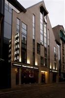 Old City Boutique Hotel ir četrzvaigžņu viesnīca ar atrašanās vietu pašā Vecrīgas sirdī. Burtiski dažu minūšu attālumā no viesnīcas atrodas visas iecienītākās un populārākās Rīgas apskates vietas, restorāni, naktsklubi un arī iecienītākie veikali. Old City, Multi Story Building, Boutique, Top, Old Town, Boutiques, Crop Shirt, Shirts