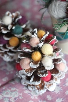 松ぼっくりの間に羊毛フェルトを詰め込んだツリー。 羊毛のモコモコ感が冬らしく、色味でクリスマスカラーに仕立てあげると一気にかわいくなります♪ こちらはとても簡単なので、おすすめ♪