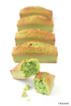 Financiers al pistacho. Desserts With Biscuits, Köstliche Desserts, Delicious Desserts, Yummy Food, Dessert Recipes, Food Porn, Bolo Cake, Eat This, Think Food