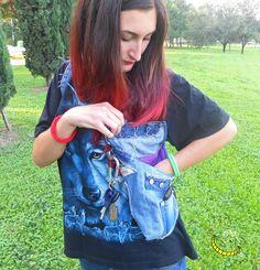 Chaleco de tejido vaqueros modelo pistolera de tela con inserciones de algodón, tiene dos bolsillos laterales, un gancho para colgar llaves y se pone como una mochila. Práctico, cómodo y elegante ... libertad de movimiento y manos libres, siempre !!! :)  100% de reciclaje creativo. -------------> Seguimi sul web: https://malicecraft.wordpress.com/  -------------> e su fb: https://www.facebook.com/MaliceCrafts