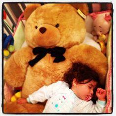 """""""Así quiso dormir hoy Sofia, gracias @jamena"""""""