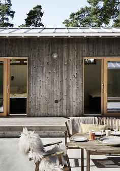 Idea for color of window trim – Rustic House Timber House, House Roof, House In The Woods, Modern Rustic Homes, Exterior Design, Decks, Future House, Facade, Building A House