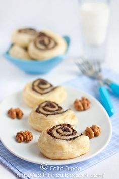 rulouri cu gem si nuca Breakfast Dessert, Breakfast Ideas, Romani, Cookies, Eat, Desserts, Recipes, Food, Crack Crackers
