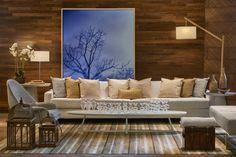 Em montagem da decoradora Denise Vilela, o sofá recebeu almofadas de ráfia Lider Interiores by Elisa Atheniense, designer de renome nacional que desenvolve verdadeiras joias para o lar.