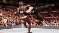 Reigns derriba a Jericho como advertencia.