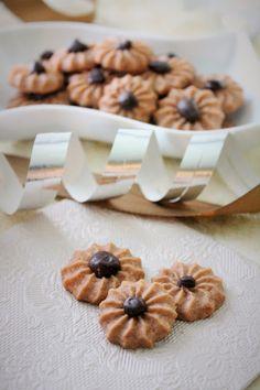 Suklaaruusu pikkuleivät Finnish Recipes, Croissants, Cake Pops, Biscuits, Sweet Tooth, Deserts, Ice Cream, Cookies, Breakfast