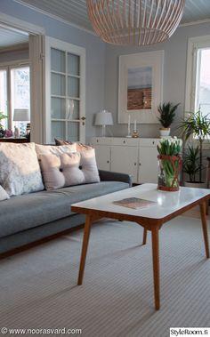 Olohuoneemme sisustus elää hurjasti. Ilme muuttuu edullisesti tyynynpäällisiä vaihtamalla. Apartment Living, Living Rooms, Life Is Good, Building A House, Sweet Home, Design Ideas, Spaces, Interior Design, Architecture