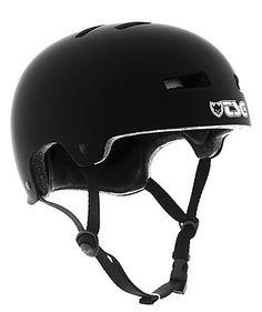 Der Evolution Skate-Helm des Label TSG lässt an Komfort und Sicherheit keine Wünsche offen. Er besteht aus einer robusten Hardshell Außenschale und im Falle eines Aufpralls wird dieser durch das EPS System gedämpft. Die Schaumstoffpads sind je nach Bedarf austauschbar, sodass die indiviuelle Passform erreicht wird.