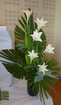 Great Pics Funeral Flowers church Thoughts Whether or not you will be setting up or maybe joining, memorials will almost always be any sorrowful and occa. Tropical Flower Arrangements, Creative Flower Arrangements, Modern Floral Arrangements, Ikebana Flower Arrangement, Funeral Flower Arrangements, Beautiful Flower Arrangements, Tropical Flowers, Altar Flowers, Church Flowers