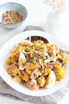 Een gezonde zoete aardappelsalade met zongedroogde tomaat, die lekkerder is dan de traditionele variant. Vegetarische zoete aardappelsalade met minder vet.
