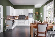 Deze klassieke keuken Chavez in landhuisstijl heeft aan opbergruimte geen gebrek. De fronten in satijnlak-afwerking geven de keuken een mooie uitstraling. De 90 cm. brede vlakschermafzuigkap is nagenoeg onzichtbaar geïntegreerd in de wandkasten. Beautiful Interiors, Future House, Kitchen Remodel, Color Schemes, Home Improvement, Sweet Home, New Homes, Kitchen Cabinets, Indoor