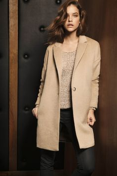 Massimo Dutti: black pants, beige coat and knitted jumper