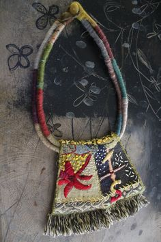 Beautiful textile necklace. odilemandrette.canalblog.com Odile Mandrette (1) Fiber Art Jewelry, Mixed Media Jewelry, Diy Jewelry, Textile Jewelry, Fabric Jewelry, Ethnic Jewelry, Jewelery, Beaded Jewelry, Textile Fiber Art