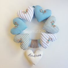 Ghirlanda fiocco nascita cuori grandi Heart Crafts, Baby Crafts, Diy And Crafts, Arts And Crafts, Baby Deco, Zardozi Embroidery, Fabric Hearts, Baby Time, Diy Wreath