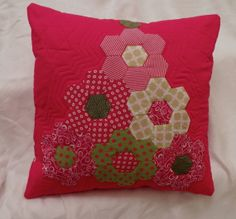 Hexagon Quilt Pattern, Hexagon Patchwork, Patchwork Cushion, Patchwork Patterns, Quilted Pillow, Quilt Patterns, Floral Pillows, Diy Pillows, Knitting Needle Case