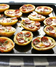 Mini Pizza Potato Skins on a black tray, fresh out of the oven. One Bite Appetizers, Appetizer Recipes, Appetizer Party, Tapas, Healthy Superbowl Snacks, Recipetin Eats, Recipe Tin, Potato Skins, Le Diner