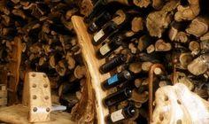 Vino rack in legno d'ulivo con finitura lucida, pronto per essere posizionato sulla tavola. Disponibile anche in finitura naturale.