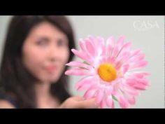 Guirlanda colorida  No vídeo, Andrea Onishi, designer do SuperZíper, ensina a fazer um exemplar com flores de plástico coloridas e pisca-pisca. Preparada para colocar a mão na massa?