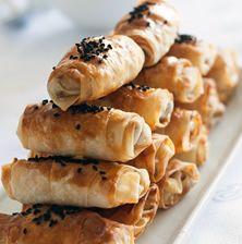 Θυμάμαι την φίλη μου από την Κωνσταντινούπολη να φτιάχνει αυτά τα στρογγυλά και ονειρεμένα παστουρμαδοπιτάκια να συνοδεύσει το ούζο και το ρακί!!! Τραγανά απέξω και μέσα ζουμερά γεμάτα από την πικάντικη νοστιμιά απο τον παστουρμά και το κασέρι Greek Pastries, Brie Bites, Bread Oven, Greek Recipes, Food Photo, Family Meals, Food Processor Recipes, Food To Make, Food And Drink
