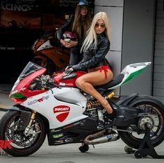 Panigale. Mistura perfeita e tudo que eu gosto, moto e mulher bonita.