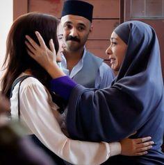Fahriye Evcen, Murvet, and her Mother (Zerrin Tekindor) in the Turkish TV series Kurt Seyit ve Sura 2014.