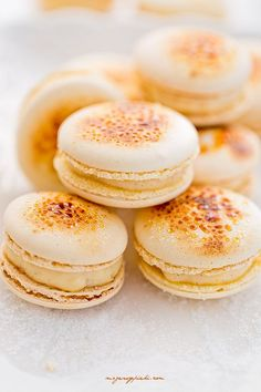 Macaron original crème brûlée The technique: we put a few grains of sugar on the macarons garnished and caramelizes lightly with the blowtorch before allowing to cool. Macaroons Flavors, Macaron Cookies, French Macaroons, Macaroon Recipes, Food Platters, Different Recipes, Just Desserts, Yummy Treats, Cookie Recipes