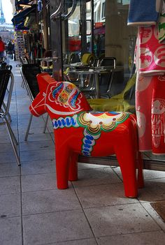 large Dala horse on a street in Sweden Swedish Girls, Swedish Style, Swedish House, Scandinavian Style, Scandinavian Christmas, Christmas Diy, Christmas Decorations, Swedish Traditions, About Sweden