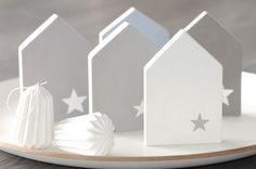 1 kleines, selbstgesägtes Holzhaus aus Schichtholz in weiss. Bemalt (Vorder-u. Rückseite) mit Kreidefarbe und mit Klarlack versiegelt. Maße LxBxH 10 cm