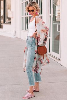 Ever wondered what shoes to wear with cropped jeans? I have you covered in this long post with all the options plus easy dos and don'ts with example photos. Cropped Jeans Outfit, Flare Jeans Outfit, Kick Flare Jeans, White Skinny Pants, Cropped Skinny Jeans, Crop Jeans, Cropped Pants, 60 Fashion, Fashion Outfits