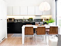 Black and white style. Also beautiful chairs!  Sarastus, Topi-Keittiöt