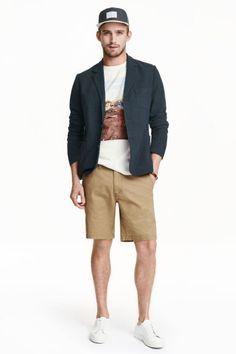 Plátenné šortky: Plátenné šortky zpraného bavlneného kepra so zapínaním na zips, bočnými vreckami, vreckom na mince aso spevnenými zadnými vreckami sgombíkom. Štandardný strih.