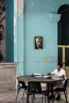 """Public Library"" Santa Clara - Cuba 쿠바에 있는 공공도서관의 모습이라네요. 세계에 있는 다른 나라마다 생할을 구성하는 요소에 있어서의 모습을 다른 것 같아요. 그렇게 누리는것과 여유를 갖는 공간도 달라져서 사람이 하나의 것이도 인식하는것에서 모두 다른 생각의 방식과 생각을 가지고 있는 것 같지요. 모두가 같은 모습을 가지고있으면 조화이라는것이 되지 않을텐데, 우모두가 다 다르기에 조화라는것아 가능한 것 같네요-한장의 사진을 보고 드는 생각을 우리자기에게 말해주고싶은 새벽에."