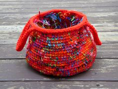 A tisket, a tasket, a hot red and scrap yarn basket - Crochetbug Scrap Yarn Crochet, Crochet Mat, Crochet Home, Crochet Crafts, Yarn Crafts, Knitting Yarn, Yarn Projects, Crochet Projects, Crochet Designs